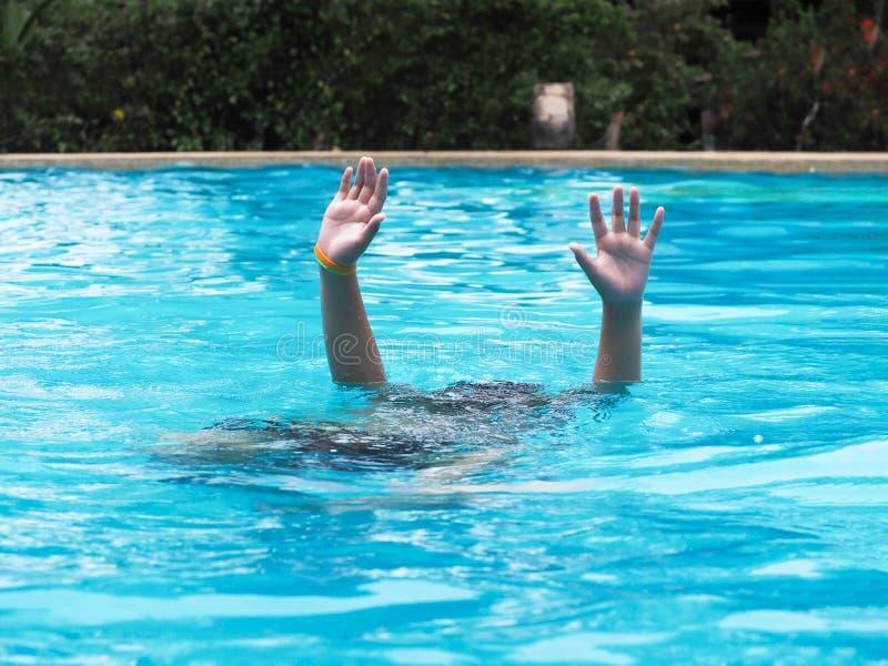 Aktives Jungentauchen und Hände in der Luft Swimmingpool anheben am im Freien stockfotos