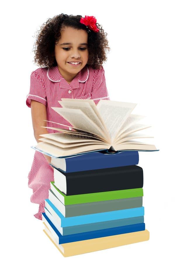 Aktives Kind, das ein Buch und ein Lernen liest stockbild