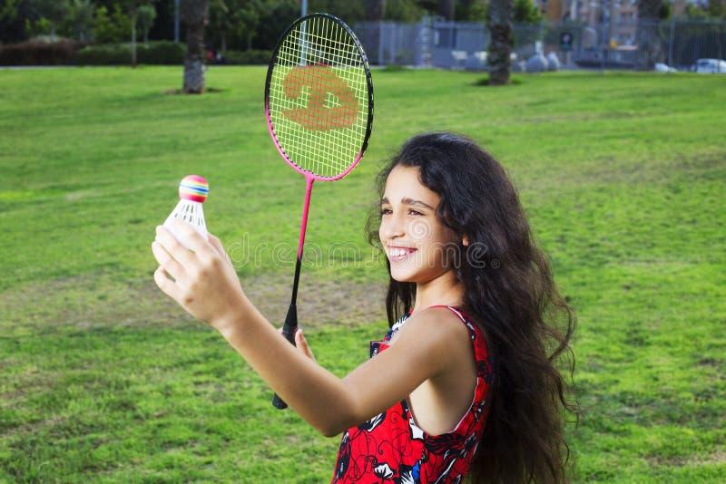 Aktives Mädchen, das Badminton Gericht im im Freien im Sommer spielt stockbild