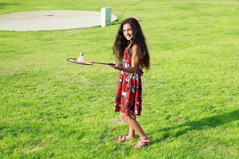 Aktives Mädchen, das Badminton Gericht im im Freien im Sommer spielt lizenzfreie stockfotografie