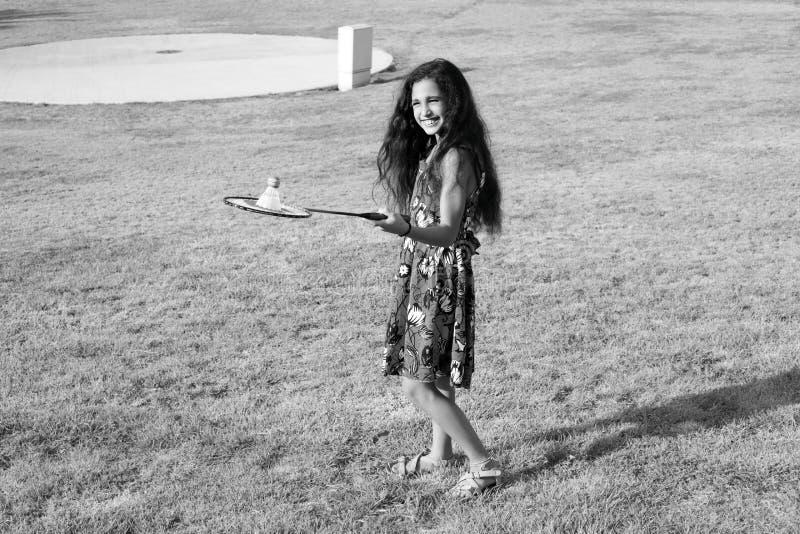 Aktives Mädchen, das Badminton spielt lizenzfreie stockfotografie