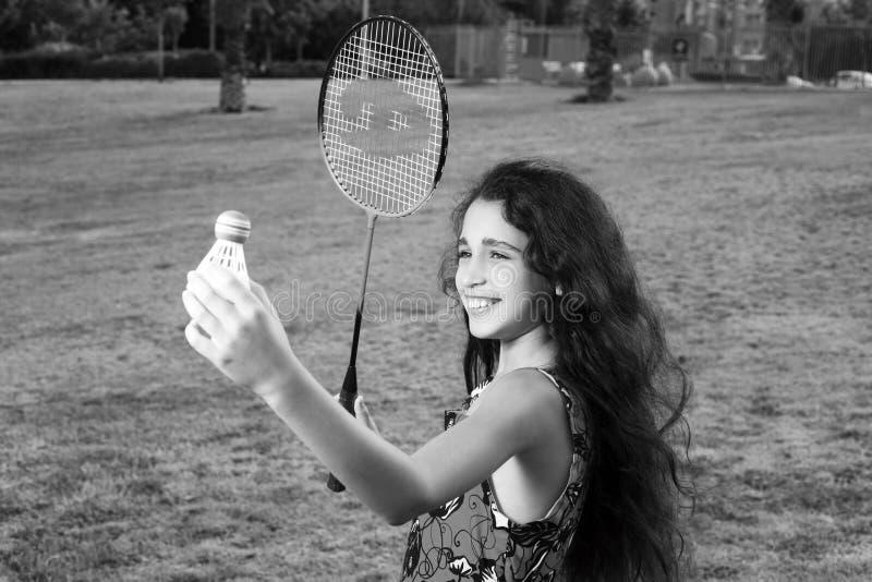 Aktives Mädchen, das Badminton spielt stockfoto