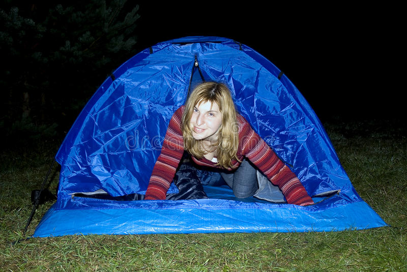Aktives Mädchen im blauen Zelt lizenzfreie stockbilder