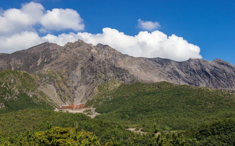 Aktives Vulcan Sakurajima abgedeckt durch grüne Landschaft Genommen vom Yunohiro-Ansicht-Platz-Ausblick Gefunden in Kagoshima, Ky lizenzfreie stockbilder