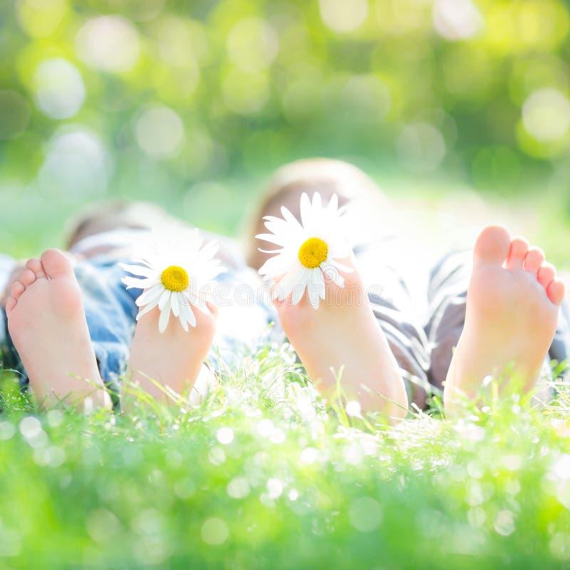 Aktivet kopplar ihop att ligga på gräs arkivbild
