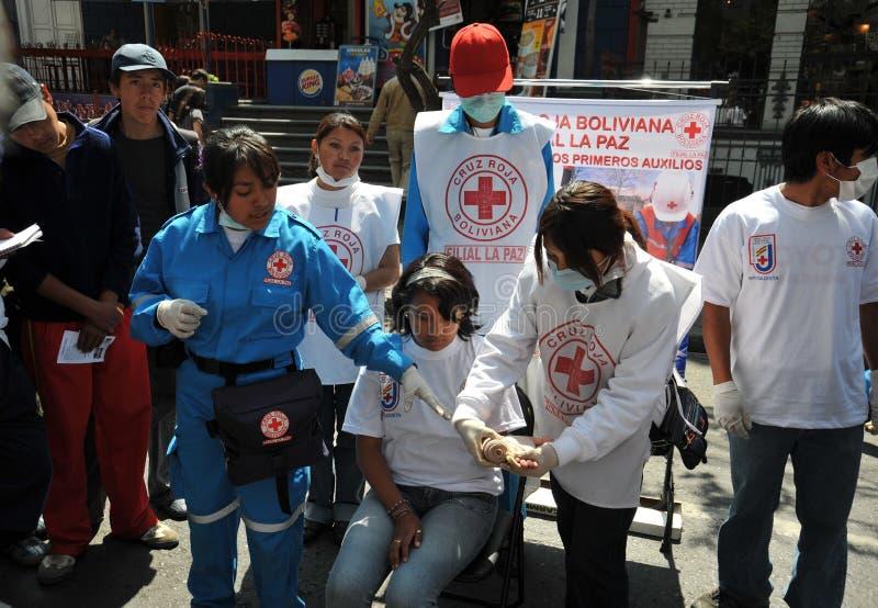 Aktivisten des roten Kreuzes unterrichten Leuteerste hilfe auf einer Stadtstraße stockfotografie