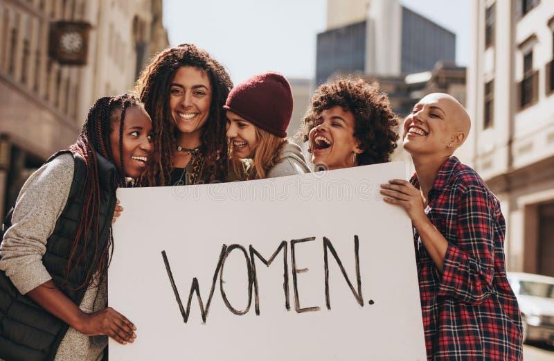 Aktivisten, die während eines Protestes für Frauen genießen lizenzfreie stockfotografie