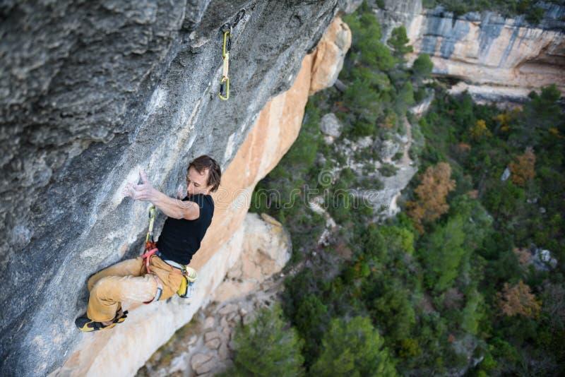 Aktivitet för utomhus- sport Vagga klättraren som stiger en utmanande cli arkivbilder