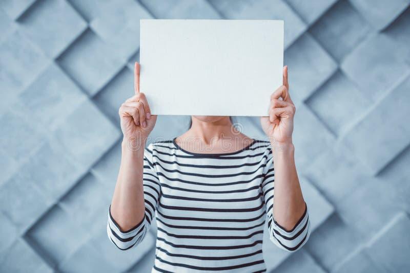 Aktivt kvinnainnehavstycke av klart papper royaltyfria foton