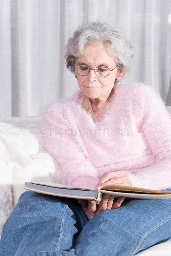 Aktivt kvinnligt högt koppla av på soffan royaltyfria bilder