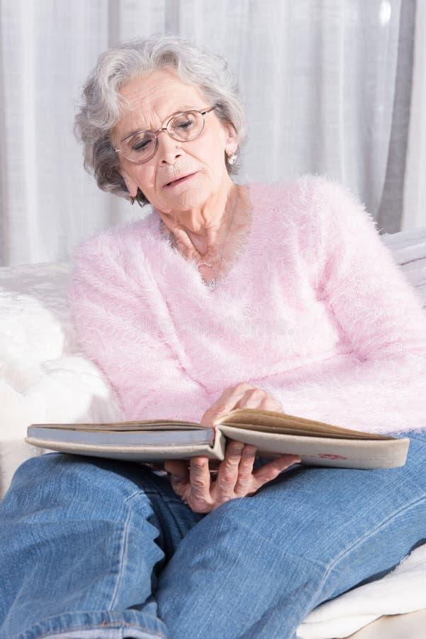 Aktivt kvinnligt högt koppla av på soffan royaltyfri bild