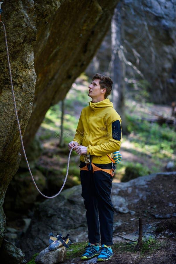 Aktivt livsstilbegrepp Ung klättrareman som klättrar en vagga royaltyfria bilder