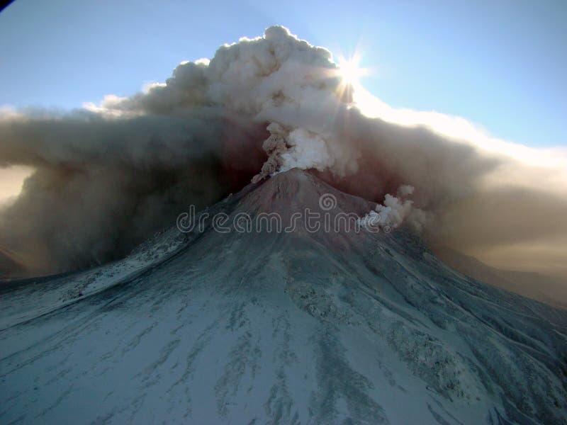 Aktivt tillstånd av vulkan Kizimen i Kamchatka arkivfoton