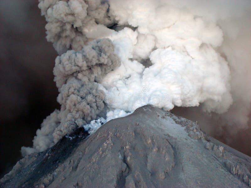 Aktivt tillstånd av vulkan Kizimen i Kamchatka royaltyfria foton