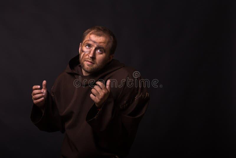 Aktor w przebraniu żebraka na ciemnym tle obrazy stock