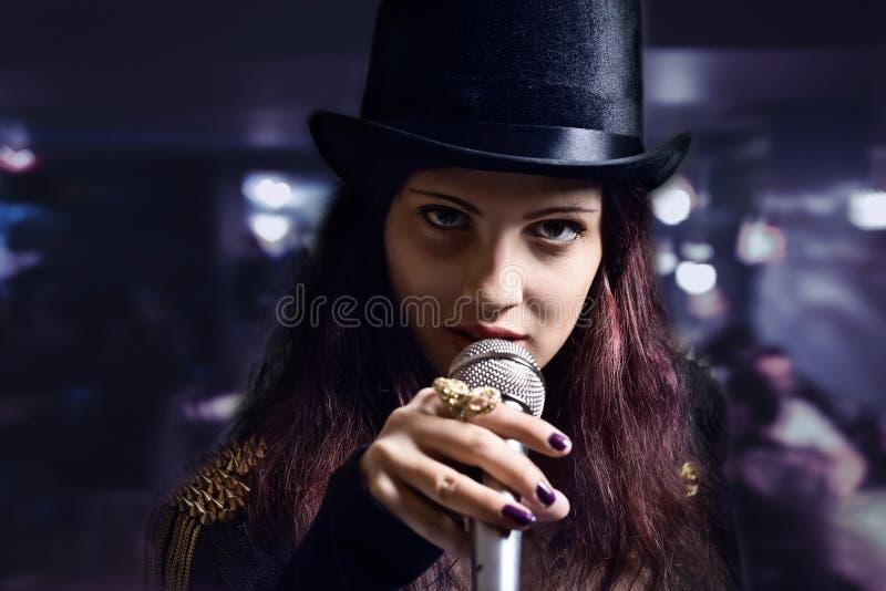 Aktorka z mikrofonem zdjęcia royalty free