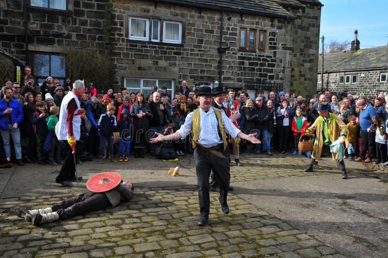 Aktorzy i widownia w tradycyjnym wielkim piątku przemierzają jajeczną sztukę w heptonstall na zachód - Yorkshire fotografia stock