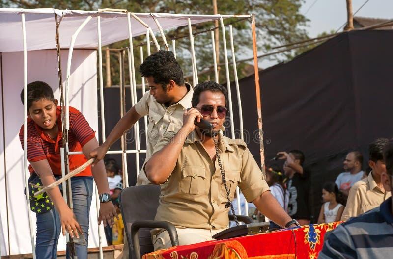Aktorzy przedstawiają skorumpowanych policjantów i nikczemności podczas parady tradycyjny Goa karnawał zdjęcie royalty free