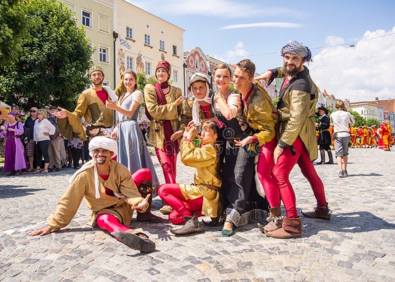 Aktorzy ubierający w średniowiecznych kostiumach obrazy royalty free