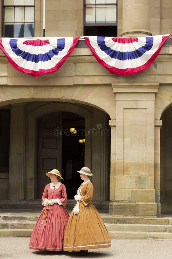 Aktorzy ubierali jako damy konfederacja w Charlottetown w Ca zdjęcie royalty free