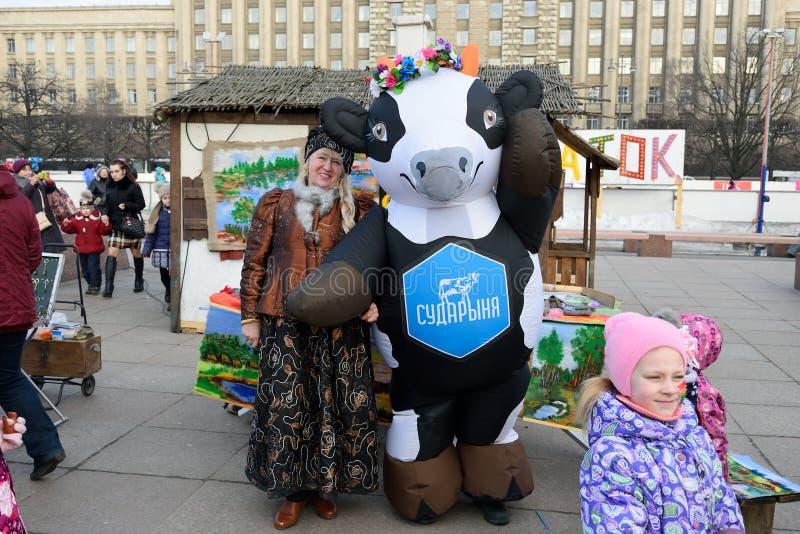 Aktorzy w teatralnie kusumah Boyarynia i krowy na wakacje o zdjęcie stock