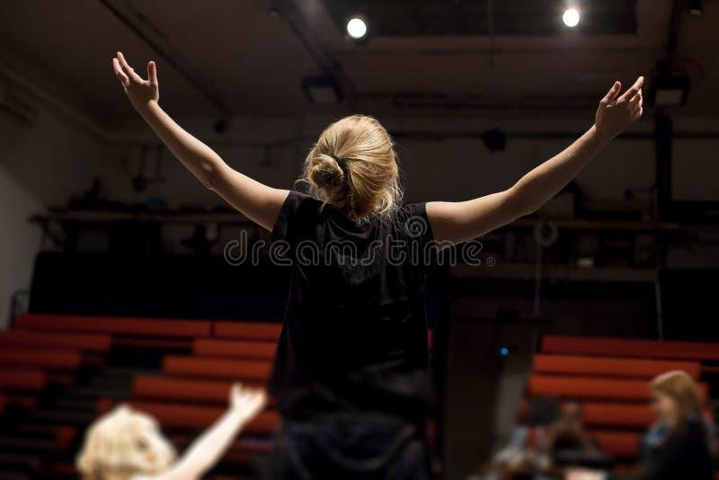 aktris som repeterar i teater arkivfoto
