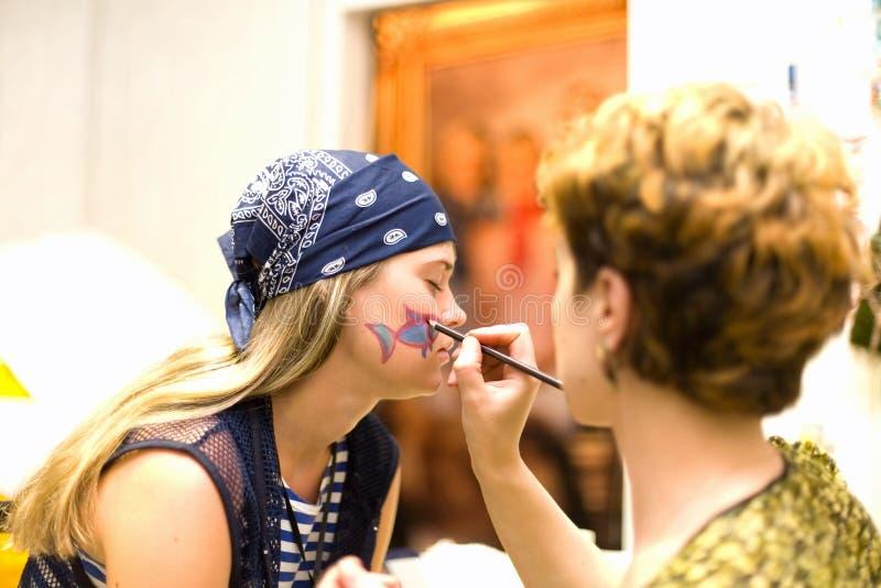 aktrisen gör blyertspennan som förbereder plats till upp royaltyfri fotografi