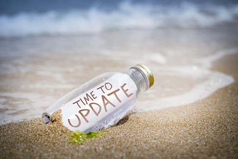 Aktualisierungskonzept der Mitteilung in einer Flasche stockfoto