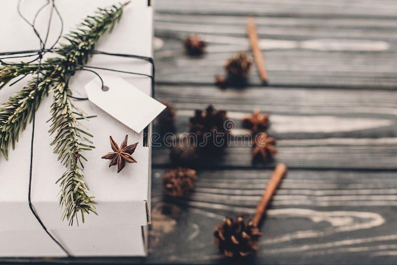 aktuell jul stilfull gåva för vit jul med tom etikett a royaltyfri foto