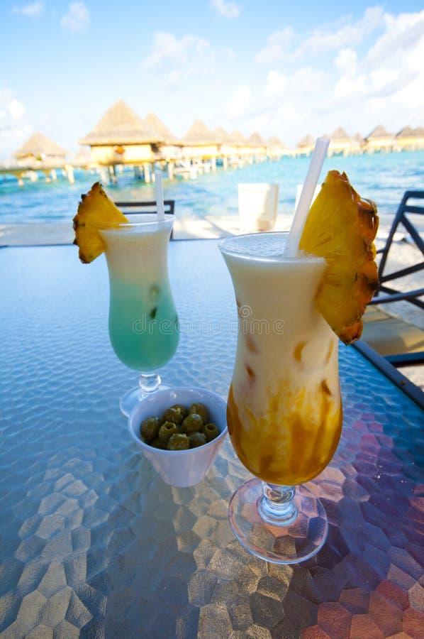 Aktuella drinkar längs stranden i Bora Bora arkivbilder