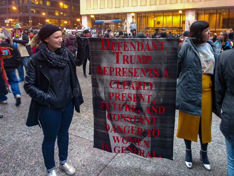 Aktywiści wierzą Donald atut są niebezpieczeństwem kobiety Daley plac, Chicago zdjęcie stock