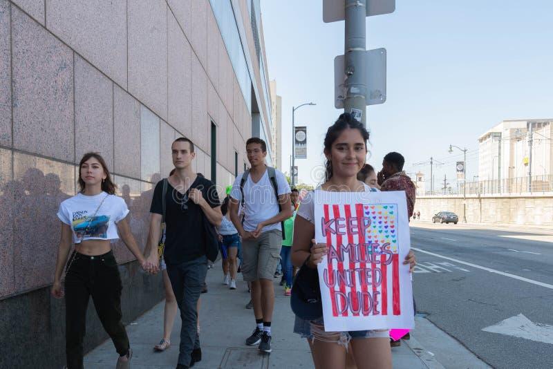 Aktywista trzyma znaka który mówi, zdjęcie royalty free