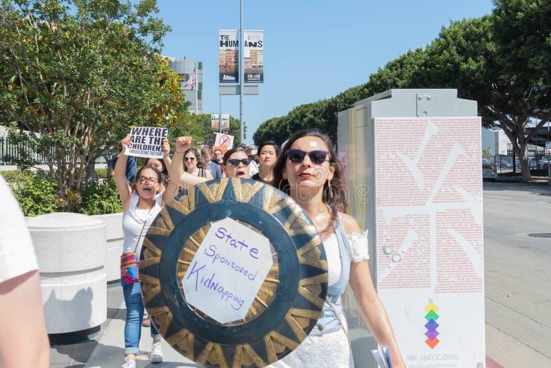 Aktywista trzyma znaka który mówi, zdjęcie stock
