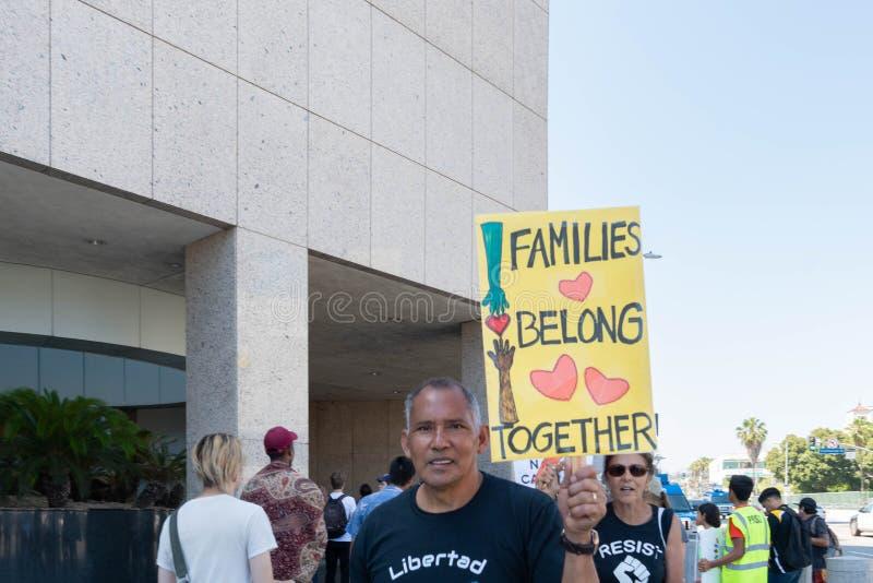 Aktywista trzyma znaka który mówi, obraz stock