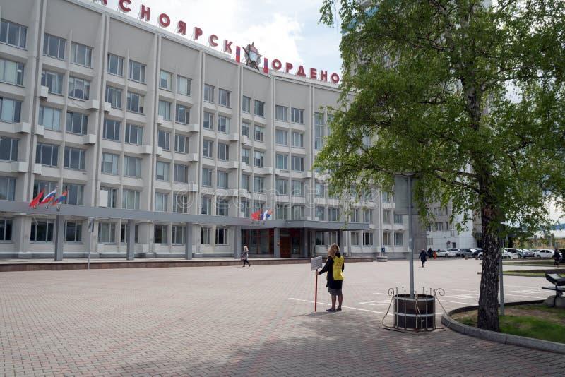 Aktywista z inskrypcją na ubraniach: My dostać żadny miejsce żyć - stojaki przed miastem zdjęcie stock