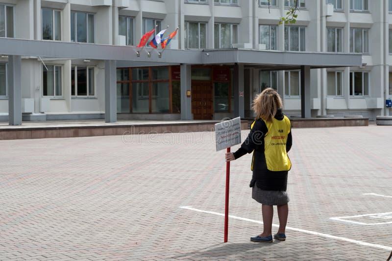 Aktywista z inskrypcją na ubraniach: My dostać żadny miejsce żyć - stojaki w frontowy wchodzić do miasto obrazy royalty free