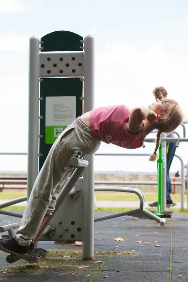 Aktywna kobieta ćwiczy na backtrainer plenerowym fotografia stock
