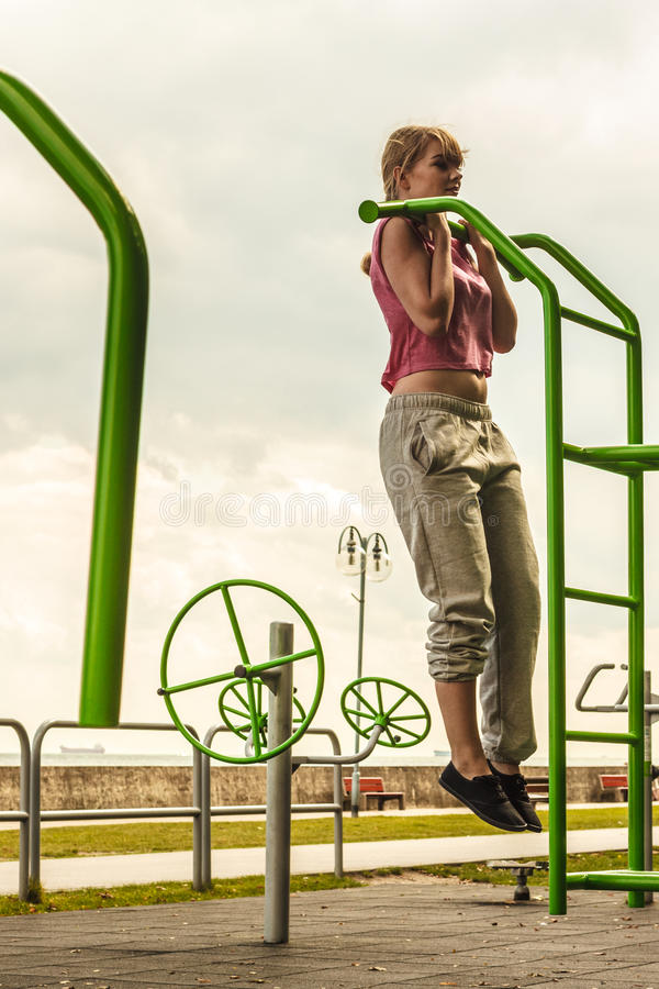 Aktywna kobieta ćwiczy na drabinowy plenerowym zdjęcia stock