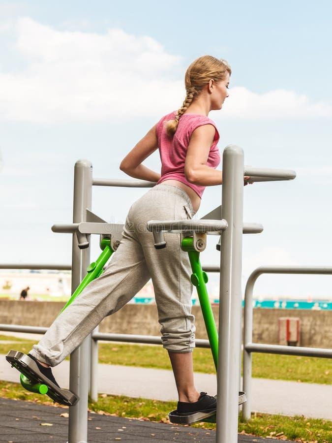 Aktywna kobieta ćwiczy na elliptical trenerze zdjęcia stock