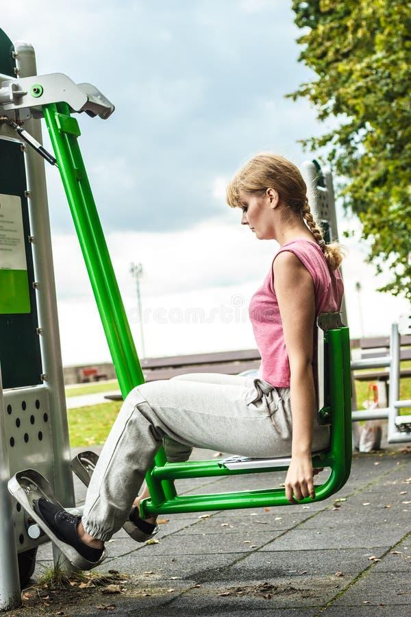 Aktywna kobieta ćwiczy na nogi prasie plenerowej fotografia stock