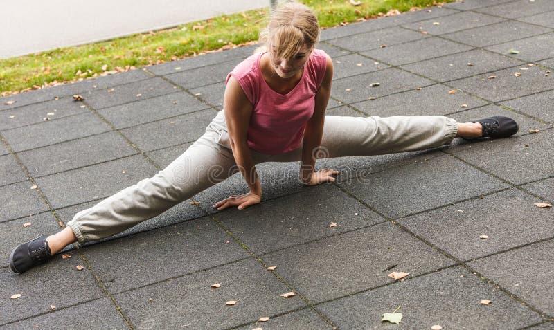 Aktywna kobieta rozciąga rozgrzewkowy up ćwiczenie obraz stock