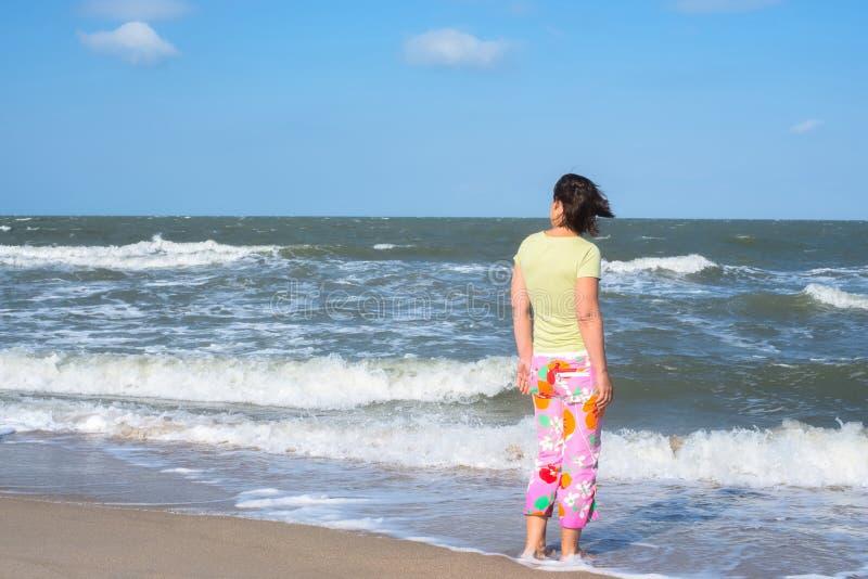 Aktywna kobieta, surfingowiec czeka fala zdjęcia royalty free