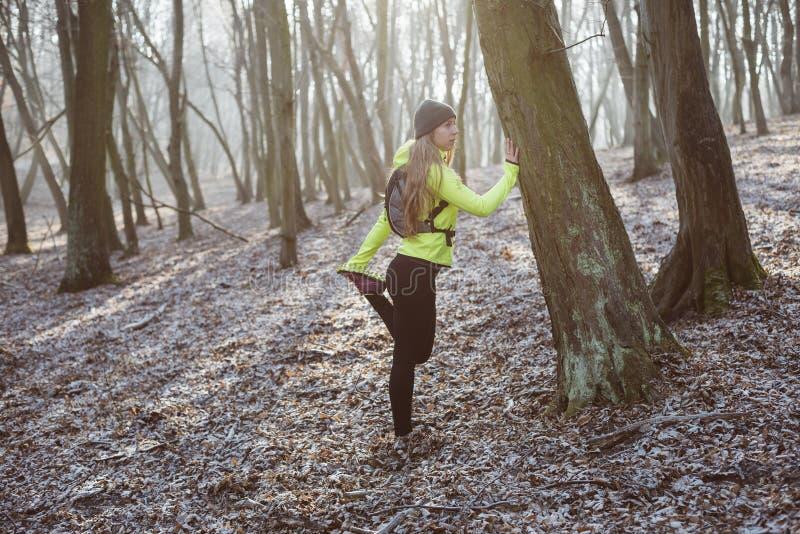 Aktywna kobieta w lesie fotografia royalty free