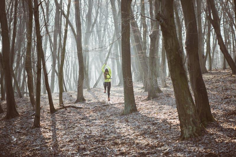 Aktywna kobieta w lesie obraz royalty free