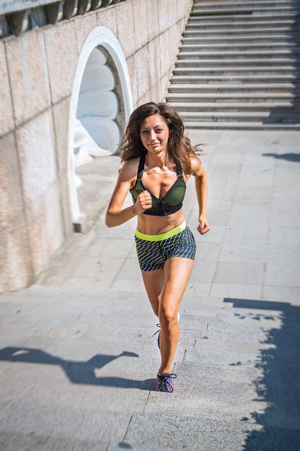 Aktywna młoda kobieta streching ćwiczenie w parku i robi Dysponowana żeńska sporta modela dziewczyna trenuje outdoors w Bułgaria zdjęcie stock