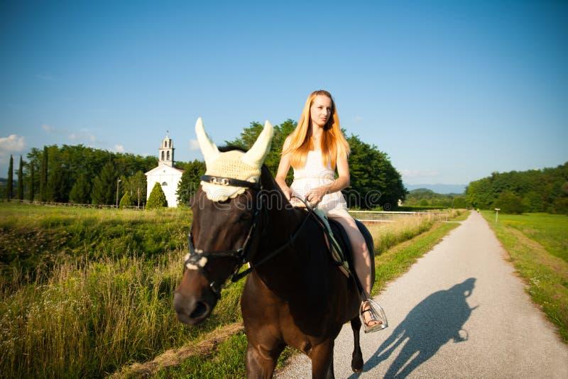 Aktywna młodej kobiety przejażdżka koń w naturze zdjęcia royalty free
