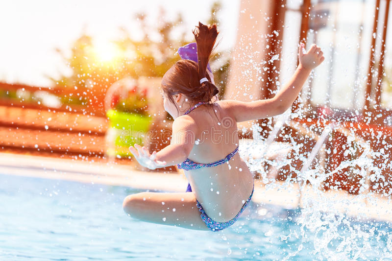 Aktywna mała dziewczynka w basenie obrazy stock