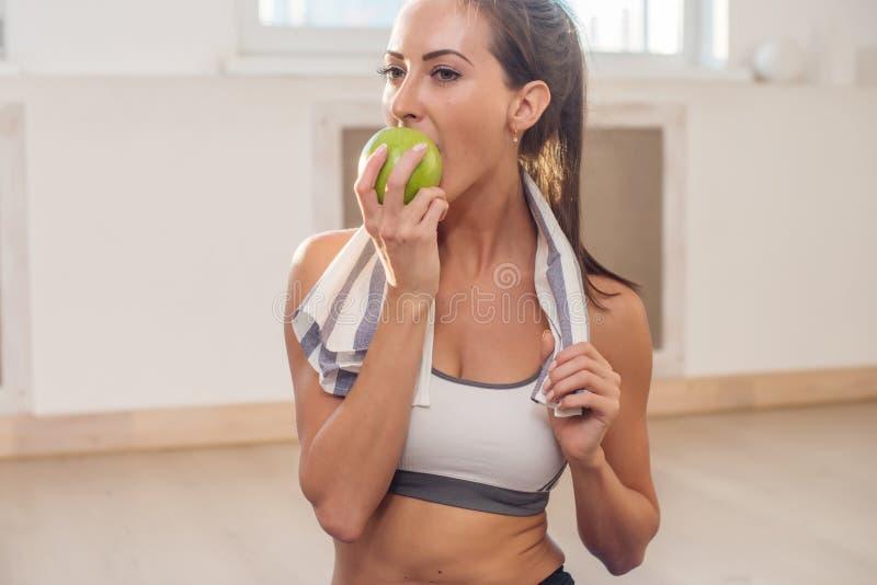 Aktywna sportowa sportive kobieta z ręcznikiem w sporcie fotografia royalty free