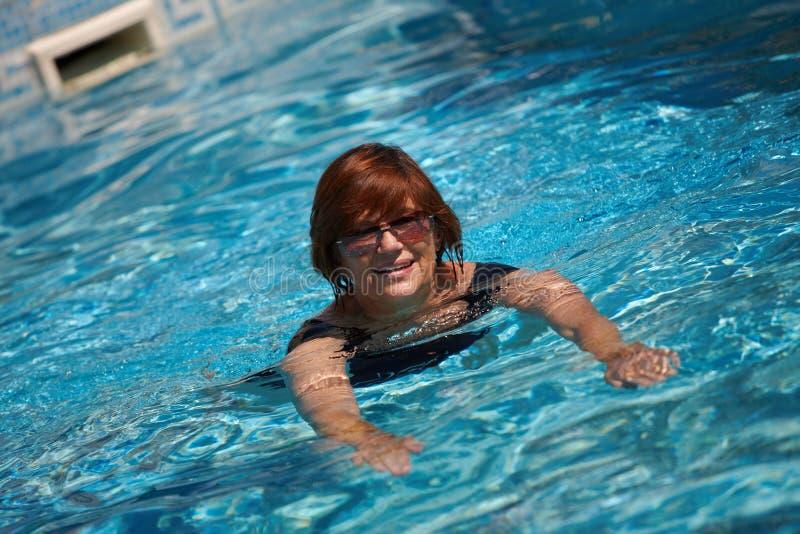 aktywna starsza pływacka kobieta zdjęcia stock