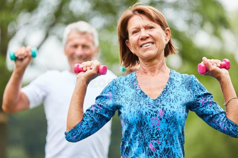 Aktywna starsza para podczas si?y szkolenia zdjęcia stock